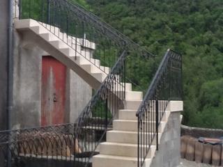 Escalier pierre massive 1/4 tournant a intrados continu bord 1/4 de rond posée sur arche pierre, pierre dure de Bourgogne