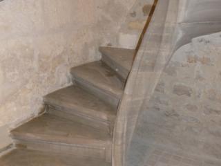 Escalier massif a vis avec limon central mouluré, pierre dure de Bourgogne