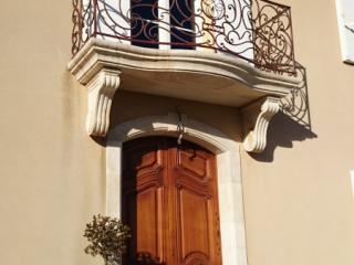 Balcon sur corbeau et encadrement de porte