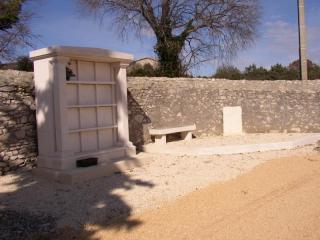 12 cases, pierre dure de Bourgogne
