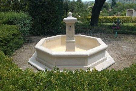 Les fontaines centrales en pierre