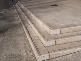 Fabrication d'escalier en pierre naturelle massive