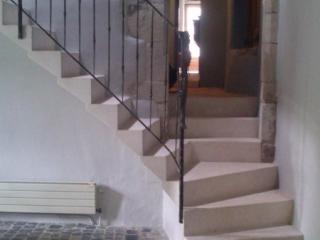 Escalier pierre massive 1/4 tournant a intrados discontinu bord 1/4 de rond, pierre dure de Bourgogne