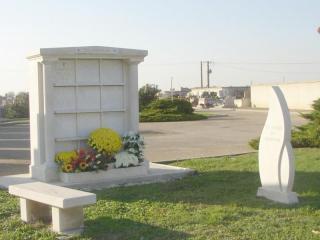 12 cases, pierre dure de Lens avec jardin du souvenir