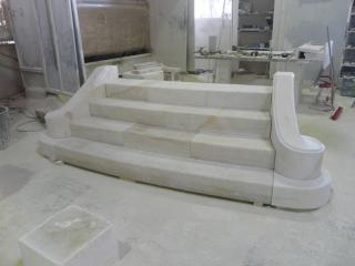 escalier massif d'extérieur avec limon cintré mouluré, pierre dure de Bourgogne