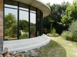 escalier massif d'extérieur cintré, pierre dure de Bourgogne