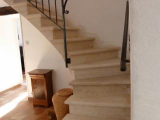 Escalier pierre massive 1/4 tournant a intrados continu bord boudin + filet, pierre dure de Bourgogne