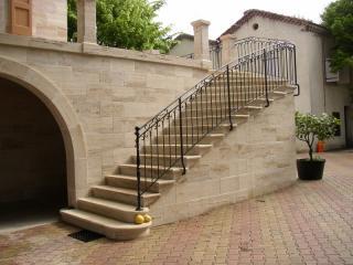 Escalier pierre massive 1/4 tournant a intrados discontinu bord boudin + filet, pierre dure de Dordogne