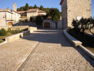 Pavés pierre dure de Dordogne en bande a suivre largeur 10 cm épaisseur 6 cm finition roulée