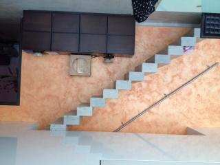 Escalier pierre massive droit sous face carrée forme contemporaine, pierre dure de Dordogne gris du banc 7