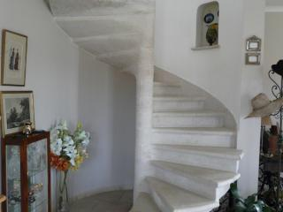 Escalier pierre massive a vis bord boudin + filet, pierre dure de Bourgogne