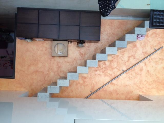 Escalier pierre massive pose installation escaliers for Taille tremie escalier droit