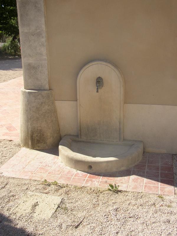 Les fontaines murales en pierre fabrication fontaines n mes - Fontaines de jardin murales ...